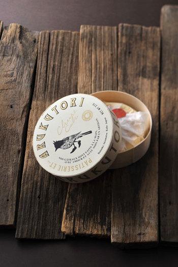 実は、「ARUKUTORI(歩く鳥)」は実店舗を持っていません。売るのはただ1種類のチーズケーキ。基本的に、電話やインターネットでの受注宅配販売のみで、オーダーを受けてから日々コツコツと丁寧に作ります。2014年にオープンして以来、評判が評判を呼び、神戸や関西地方のみならず、今や全国にファンが急増中。一体、このお店の人気にはどんな理由があるのでしょう?