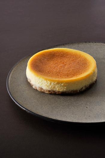 今回ご紹介するのは、グルメな人も満足させること間違いなしの逸品。神戸に工房を持つ「ARUKUTORI(歩く鳥)」のチーズケーキは、シンプルなスタイルでありながら、ビジュアルからもチーズの香りが漂ってきそうなほどの力強さを感じます。