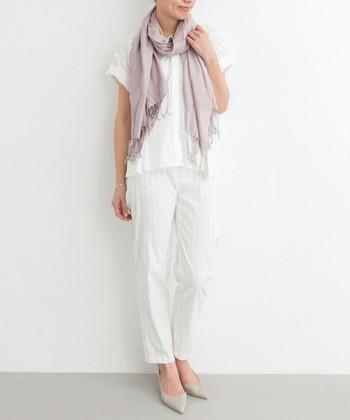 とても爽やかなホワイトコーデに、淡いくすみピンクを合わせて。清潔感のあるオフィスカジュアルで、相手に好印象を与えます。