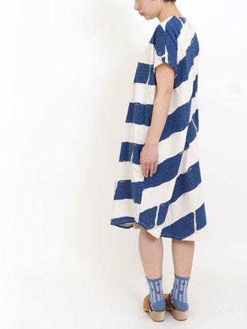 大きめ斜めストライプは存在感バツグンです!同じブルー系の靴下とシンプルなブラウンサンダルでカジュアルに♪この絶妙な「ゆるさ」、真似したいですね。