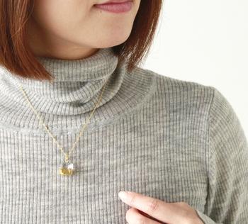 シンプルな洋服もガラスとゴールドの輝きで彩るシンプルなネックレスは、季節を問わず大活躍してくれそうです。