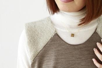 正面から見るとシンプルなゴールドネックレスに見えるのに、サイドからだとキラキラのガラスネックレスに早変わり!と1つで様々な表情が楽しめるのも嬉しいですね♪