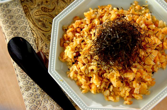 ピリっとした高菜と明太子がごはんにぴったり。卵が全体をまろやかにまとめて、食べる手が止まらない一品です。