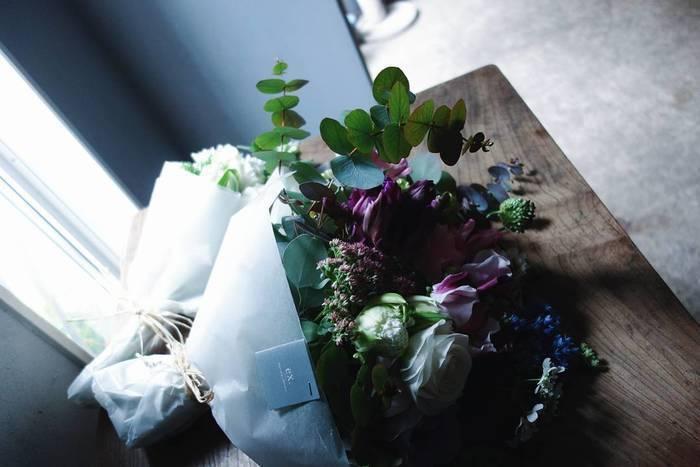 旬を取り入ながら、センス良く束ねられたブーケ。 個性的な花をほんの少し加えることで、普段から花に親しむ方にも、そうでない方にも、新しい発見があるひと束に。