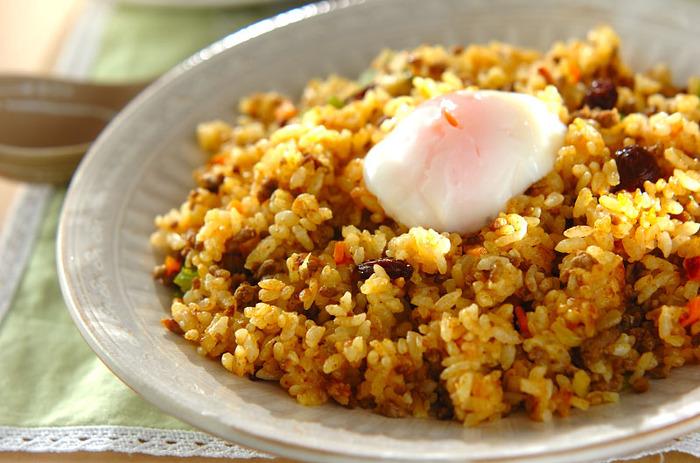 みんな大好きカレー風味のチャーハンなら、野菜もたくさん食べられます。半熟卵をのせれば辛さもマイルドに。