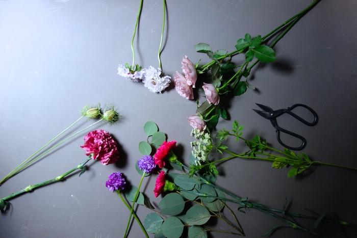 花によって確認するポイントはさまざま。  たとえば、バラであれば花びらの密度や重みをチェック。 アジサイであれば、花びらの張り具合。 ラナンキュラスであれば、茎の太さ、しなり具合を。