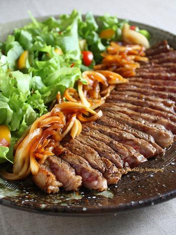 ステーキ肉を使った豪勢なお肉のマリネ。お肉を叩いてマリネ液に漬け込むのでとっても柔らかく仕上がります。タッパーで漬けこんだら、そのまま作り置きや持ち運びもできて便利ですよ。