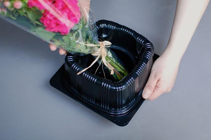 花の鮮度を維持するため、箱の中に専用の保水容器を入れて配送しています。 お届け時までブーケをみずみずしく保つことができるので、安心です。 ブーケはきちんと束ねて固定しているため、ラッピングを外せばそのまま花瓶に入れて楽しむことができますよ。