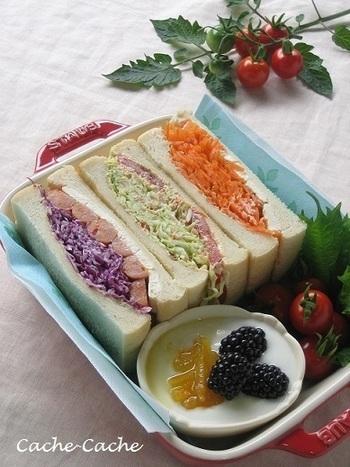彩りボリュームサンド。紫キャベツ&チョリソー、鮭&キャベツ、キャロットラぺなどの色のきれいな食材を組み合わせています。栄養バランスも抜群!