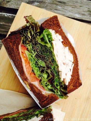 こちらは、キングジョージのターキーのサンド。そのボリュームと、パンがトーストされているのが特徴。野菜が多いので、女性でもぺろりと食べきることができます。パンは、ライ麦やダークライ、セサミなどがあるようです。