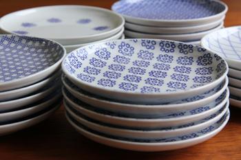 なかでも人気のこの小皿。小皿って使い勝手が良くて収納もしやすいことが決め手になりますよね。東屋の小皿の魅力は、そんな条件をクリアした絶妙な大きさ。ソースなどの汁物を入れてもこぼれにくい縁の高さも優秀です☆