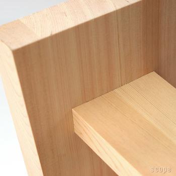 修理ができるようにと釘やねじはいっさい使わず、職人さんの手でひとつひとつ丁寧に組まれています。このきれいな板の継ぎ目の見事な仕上がり!使うほどに木の温もりが感じられそうな逸品です。