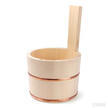 レトロな感じの持ち手が付いた片手桶は、握りやすくてお湯をすくうのに便利なアイテム。力のない方にもおすすめです。  柔らかい色合いの銅のタガが、ちょっぴりリッチな気分のバスタイムを演出☆