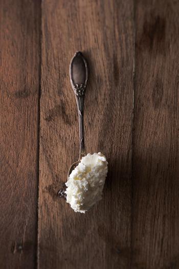そのまま口に運んでも美味しそうなフレッシュなサワークリームも国産物。'口どけ滑らか、濃厚だけど後味さっぱり'の大事なポイント。