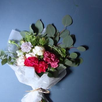 ■ex.│【母の日限定】bouquet  厳選されたカーネーションを主役に、季節の花をきゅっと束ねた、母の日限定のブーケ。 相性の良い花の組み合わせでありながらも、質感や形にバリエーションを持たせ、ex.(イクス)ならではの洗練されたデザインに仕上げました。  画像は[S]サイズとなり、[M][L]サイズもご用意しています。