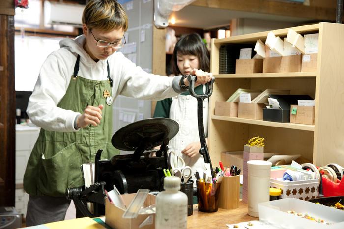独学で勉強したという活版印刷。東京・葛飾の印刷所から引き取ってきたというこちらの活版印刷機は今でも現役。スタッフの方にも、幸太郎さん自ら使い方を教えています