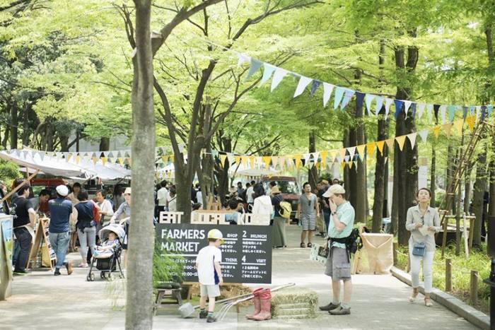 昨年、秋には神戸市が取り組むファーマーズマーケットにも参加。生産者も消費者も、どちらもフェアで主体的に交流し合える場に、「ARUKUTORI(歩く鳥)」の姿勢はとてもマッチするように感じます。関西地方だけでなく、全国の色んな気持ちのよいスペースで「ARUKUTORI(歩く鳥)」に出会える機会があるといいでね。