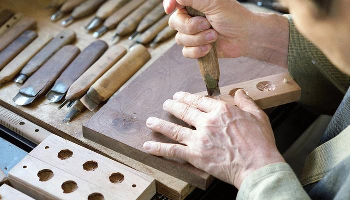 日和制作所の木型は全て手作業で彫られ、和三盆の抜けがよい樹齢百年の山桜を使用するなど、材料にもこだわっています。図柄を何種類ものノミ、彫刻刀を使って左右凸凹を逆に彫っていく。とても難易度が高く、根気のいる作業です。近年の機械化により現在この菓子木型を制作している職人は全国で数人、四国でたった一人だそう。