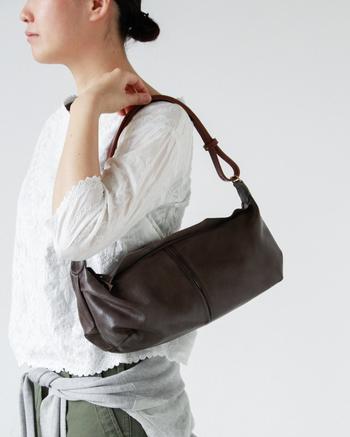 ■SyuRo│ゴート革3wayバッグ  天然のヤギ革を使用し、味わい深い色に仕上がった3wayバッグ。 ベルトの長さは3段階に調節が可能。たくさん着込んだときもサッと長くできるので、窮屈感なく使用できます。 上品で落ち着いた雰囲気なので、普段着にはもちろん、かしこまった正装にも似合います。