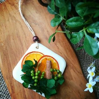 オレンジやりんごなどのドライフルーツ。親しみやすいほのかでフルーティーな香りとかわいい形に癒されます。ドライフルーツも手づくりしてみてはいかがでしょう!
