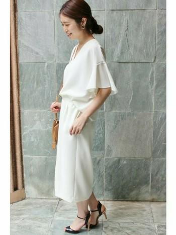 女性らしい柔らかさが出る、とろみシャツとスカートで洗練された大人のセットアップの着こなしです。