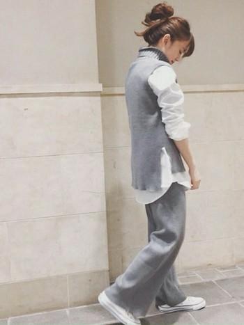 気温差のある今くらいの時季には、ニットベストをシャツの上からラフに着こなして。ルーズなシルエットのパンツもグレーで合わせて、他のアイテムを白で統一すればセットアップ感を主張しすぎずに爽やかな着こなしになります。