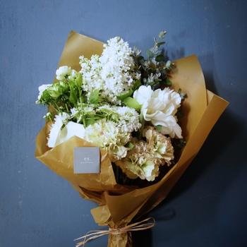 White/Green[Lサイズ] 白とグリーンのみでまとめたフレッシュなブーケは、ボリュームのある花を使うことで、可憐さと大胆さをあわせ持つ仕上がりに。