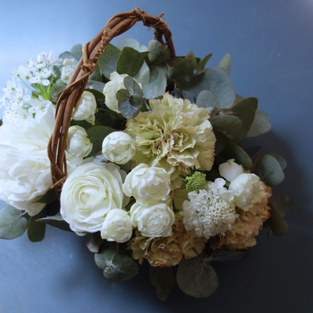 白とグリーンのみでまとめたフレッシュな印象の[M]サイズ。ボリュームのある花を使うことで、可憐さと大胆さをあわせ持つアレンジメントに。