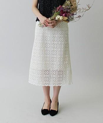 レーシーなロングスカートを黒のパンプスで引き締めるだけで、ぐっと上品なイメージになりますね!