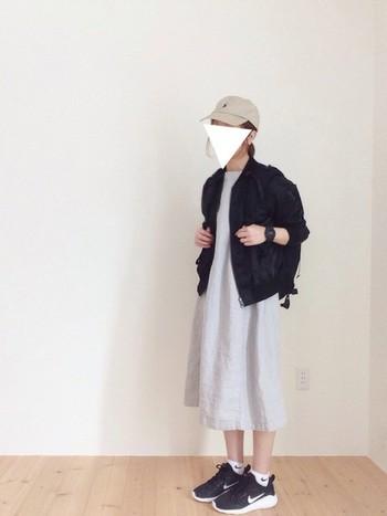 膨張しやすいグレーのワンピースは、黒小物を3点とジャケットを加えて。こなれた雰囲気にコーディネートできます。