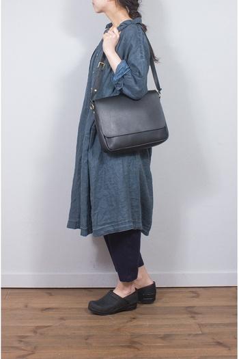 デニムワンピに、ブラックのバッグと靴を合わせて。シンプルだけど、手を抜いていない雰囲気に。