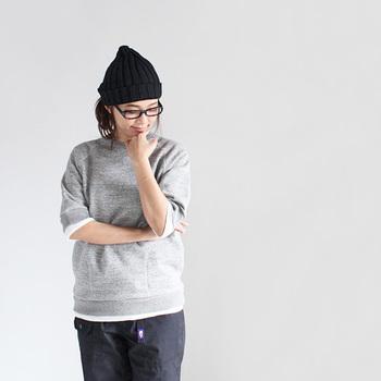 夏まで活躍する黒ニット帽にメガネを合わせて。カジュアルだけど少しだけ知的なイメージのコーディネートになります。