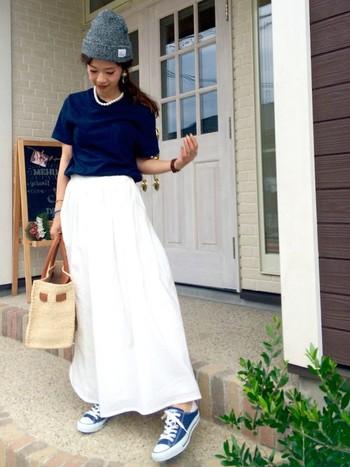 マキシスカート×コンパクトなTシャツコーデに合わせたのは、夏らしいかごバッグ。大きめのサイズでも、かごバッグなら重たい印象になりません。Tシャツ×パールネックレスも、大人の女性にはおすすめの組み合わせ。
