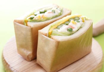 ポテサラのボリュームサンド。一番外側に平らなチーズとレタスをはさんでいるので、全体的におさまりがいいですね。チーズのおかげで野菜の水気がパンにしみ込まないメリットもあります。