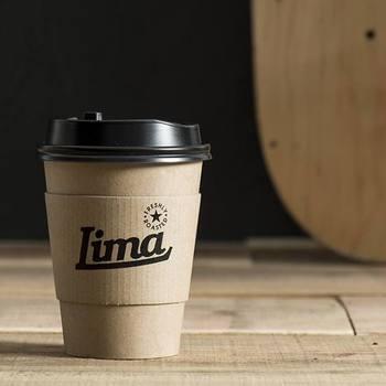 「ARUKUTORI(歩く鳥)」は、神戸元町にあるおしゃれなコーヒースタンド「Lima Coffee(リマコーヒー)」に時々出没するそうです。美味しいコーヒー&チーズケーキをテイクアウト。しかも、そのどちらもなかなか他では出会えない特別な味。神戸の人が羨ましくなってしまいます。