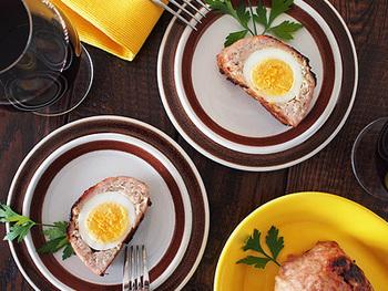 ゆで卵とのコントラストがおしゃれなミートローフ。華やかですが、つくり方は意外とシンプルです。ボリュームがあるので、ぜひ持ち寄りのメインディッシュにどうぞ!