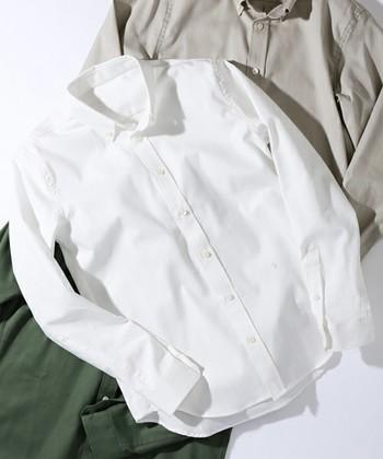 白シャツは、何枚か常備しておきたい定番アイテム。ワントーンコーデも気軽にでき、どんな色とも合う実力派。でも、1枚選ぶとしたら、シーンを選ばず、ずっと付き合えるシンプルなデザインがおすすめです。