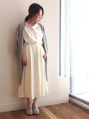 白シャツをトップスに、裾はガウチョパンツの中にイン!脚長効果も期待できるので、どんどん真似していきたいですね。同系色でまとめたワントーンコーデなので統一感を演出できます。