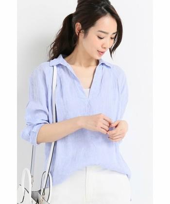 【薄青シャツ】さらっと着られる薄いブルーのシャツは、1枚で着こなせる主役アイテム。旬のワイドパンツと合わせると、知的でさわやかな印象にまとまります。