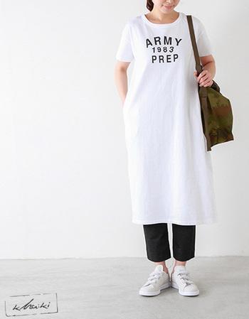しっかりと着丈があり大人のデイリーユースにぴったりなワンピース。ゆったり着られる気持ちのいいサイズ感には、1枚で着るよりパンツを合わせて、よりカジュアルい寄せるのがオススメです。