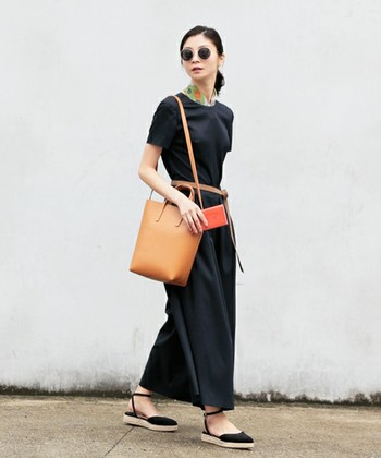 上質な印象を受けるブラックのロングワンピ。ウエストにベルトを合わせればスタイル良く見えますね。首元に個性的なスカーフを合わせれば、キレイでかっこいい大人の女性スタイルに。