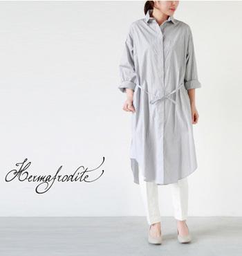 清楚な印象のシャツワンピ。白のボトムはセンタープレスのフォーマルなパンツをチョイス。このままでも素敵ですし、フロントを開けて、着崩した感じでコーディネートしてもイイですね。