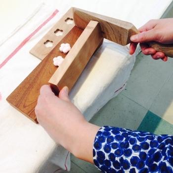 『和三盆キット』  ひとつひとつ手で彫り上げた木型と和三盆、ヘラ、作り方の本が入ったキット。自宅で手軽に和三盆づくりを楽しめます。木型の種類はお好みのものを選べるそうです。