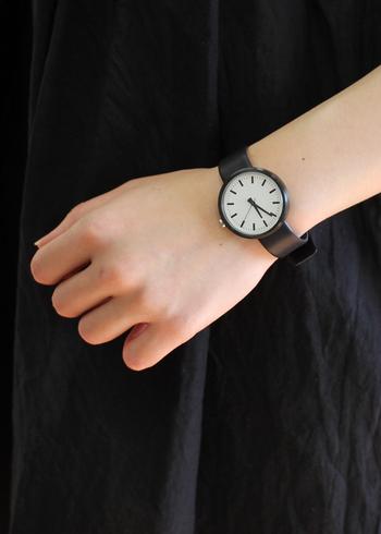 手首を引き締めたコーディネートには、ブラックの時計がマストアイテムですね。