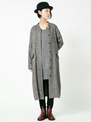 ブラックのハットとレギンスを加えて。長めのコートのマニッシュな雰囲気を、よりかっこよく見せてくれますね。