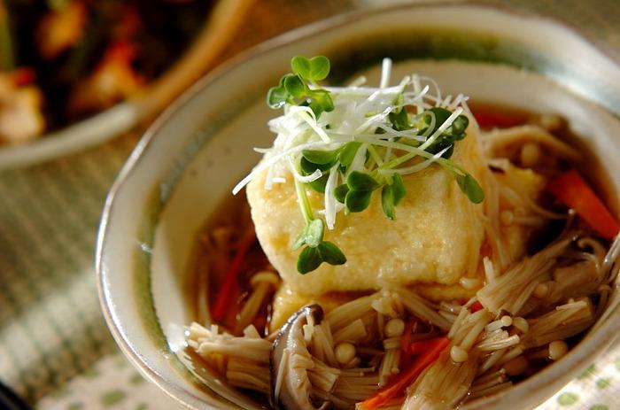 たっぷりキノコで食べ応えのある揚げ出し豆腐です。生姜を効かせたあんは、冷やして食べても美味しいですよ。