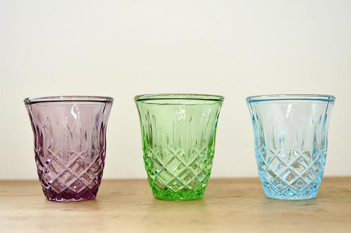 【キャンドルホルダー(House Doctor)】淡く透明感ある色合いが美しいキャンドルホルダーは、デンマークのブランド、「House Doctor(ハウスドクター)」から。キャンドルを灯すと、ガラスに刻まれた格子状の模様によって、光が拡散し、幻想的な光景を生み出します。