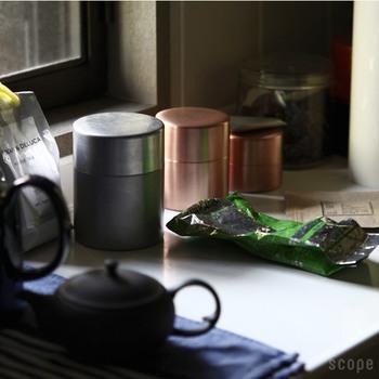 古き良き「日本の道具」を、熟練した職人さんの技術を生かし、現代の暮らしにも合うかたちに蘇らせるブランド〈東屋〉。銅製の茶筒は、表面に錫メッキを施した銀色と、蝋塗り仕上げをした赤茶色の2種類、サイズも大中小それぞれ3サイズのラインナップです。この茶筒のとても魅力的なポイントのひとつは、使い込むことによって深みのある色へと変わる「経年変化」が楽しめるということではないでしょうか。