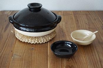 【土鍋(伊賀焼)】鍋もの、煮物、ご飯炊き..。火加減だけちょっと気を付けて、後は土鍋に任せてしまえば、すごく美味しくなってしまうお料理って多いですよね。こちらの伊賀焼の土鍋は、蓄熱性、保温性に優れていることはもちろん、丸みを帯びたぽってりとしたフォルムがかわいらしく、テーブルにそのまま出して味わいがあります。ブラック×ホワイトのカラーリングもおしゃれです。