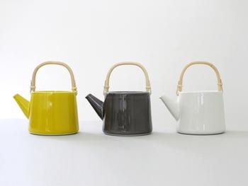 """東京・目黒の古ホテルをリノベーションし、見事に洗練された空間へと生まれ変わった「CLASKA(クラスカ)」。そのオリジナルブランドである〈Gallery&Shop""""DO""""〉のティーポットは、和風でもあり、洋風でもある佇まいが魅力的で、日本茶も紅茶も似合いそうです。鮮やかなイエロー、クリーンなホワイト、スタイリッシュなグレーと、色によっても雰囲気がまったく異なりますね。"""